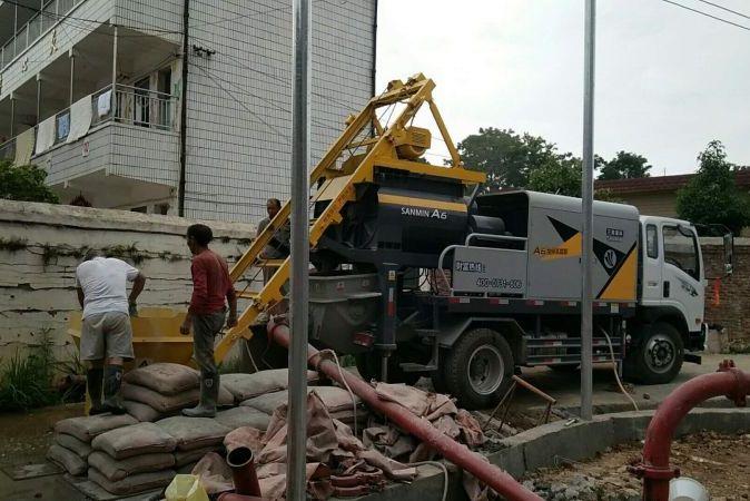 搅拌车载泵是塔庄镇灾后重建的一缕春风